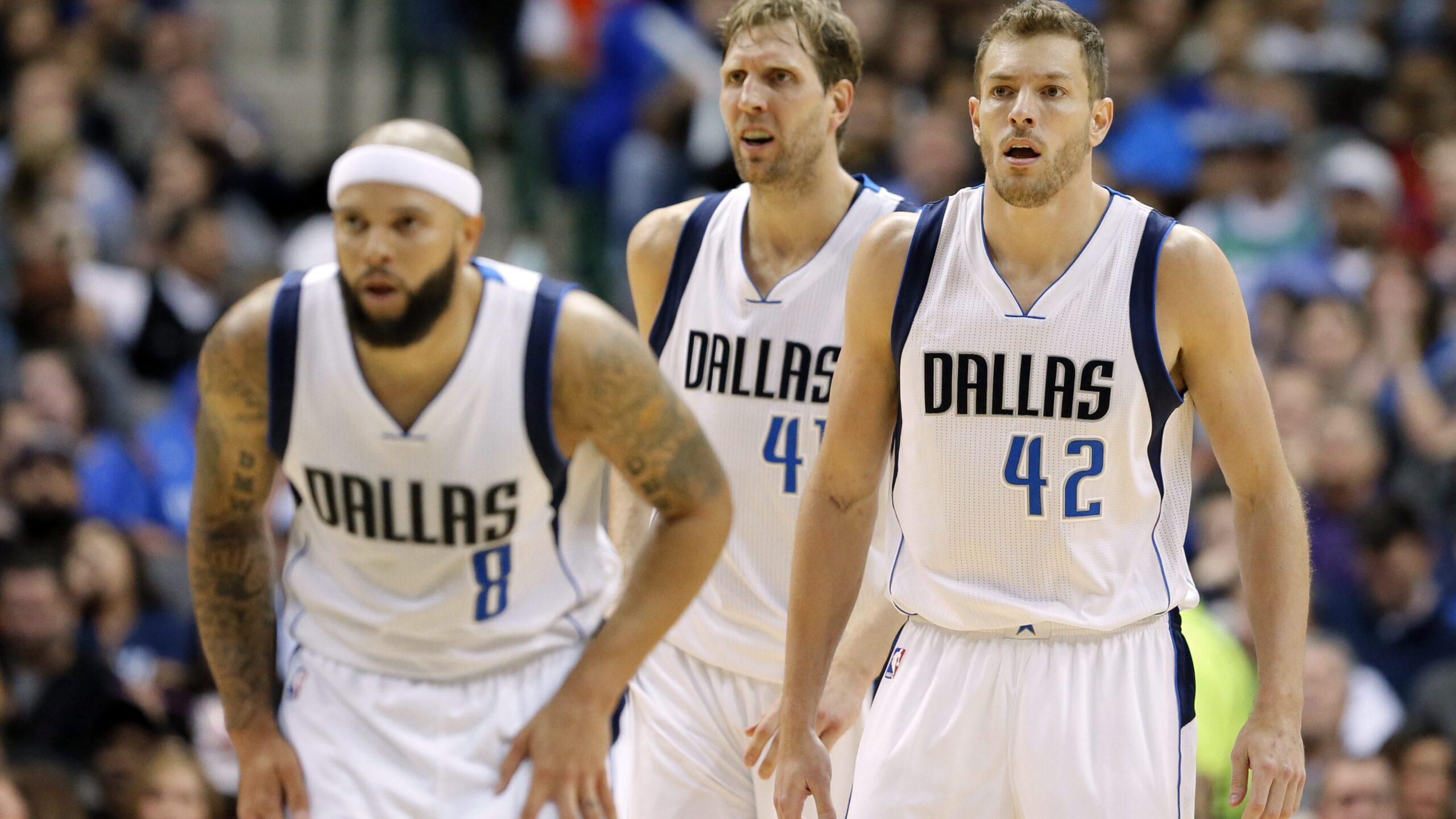 Deron Williams (#8) e David Lee (#42) sono arrivati a Dallas dopo un buyout